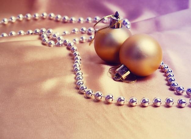 크리스마스 황금 공 또는 싸구려