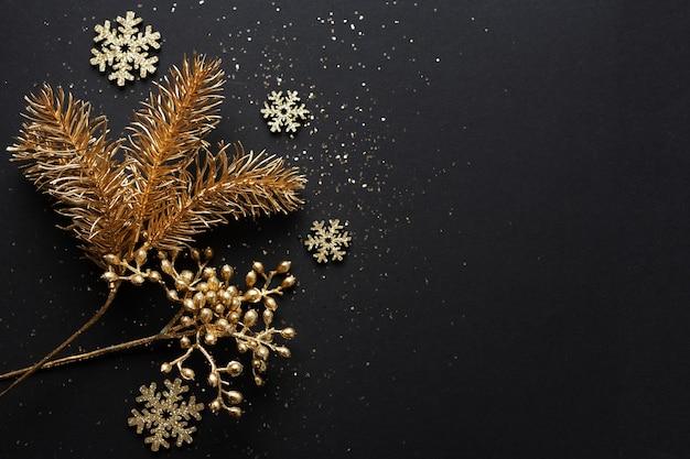 어두운 배경에 크리스마스 황금 싸구려입니다. 플랫 레이.