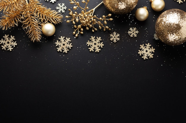 Рождественские золотые безделушки на темном фоне. flat lay.