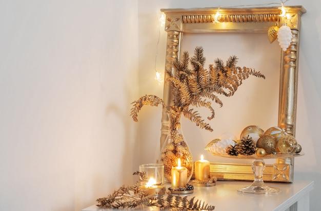 白いインテリアのクリスマスの黄金の装飾