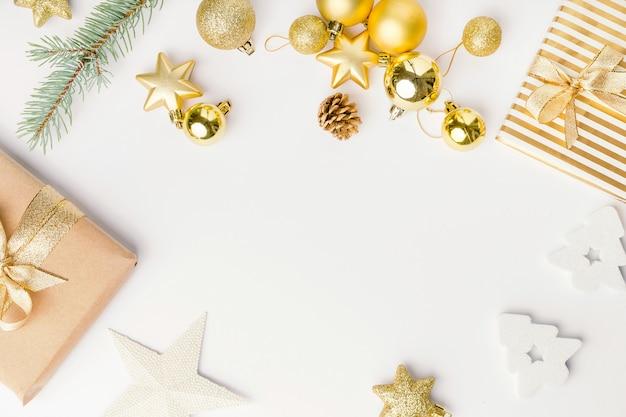 Рождественский золотой декор на белом