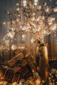 お祝いの雰囲気の中でリボン付きのクリスマスの金色の装飾とギフトボックスクリスマスの時期