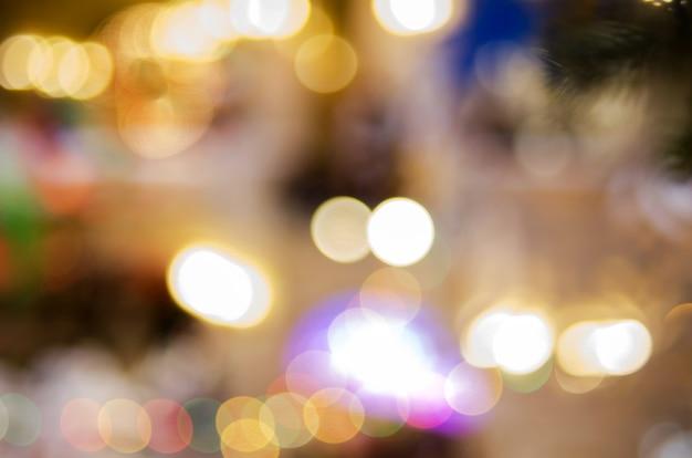 クリスマスの金色のライト。明るい輝きのボケ味の背景
