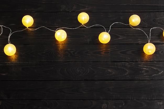 暗い木の上の黄金のクリスマスライト