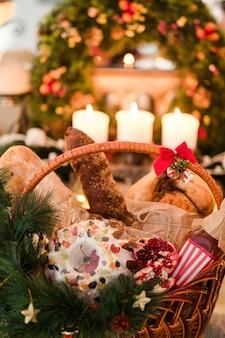 바구니에 크리스마스 상품. 맛있는 축제 휴가 음식의 구색. 다른 휴일에 좋은 선물.