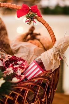 바구니에 크리스마스 상품. 맛있는 축제 휴가 음식. 다른 휴일에 좋은 선물.