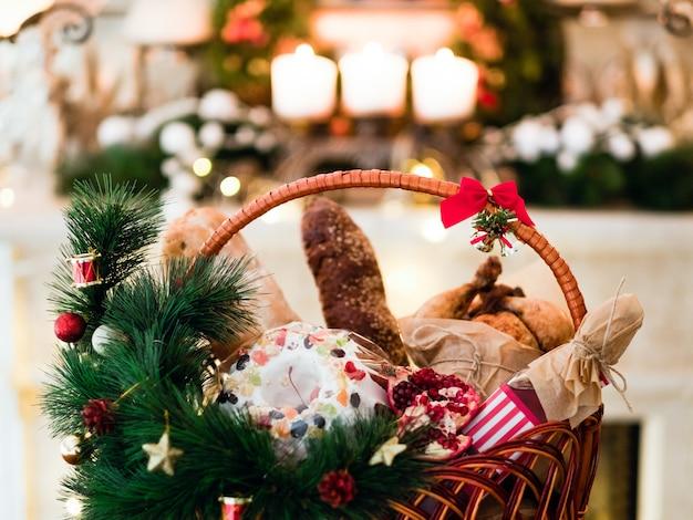바구니에 크리스마스 상품. 축제 휴일 음식 선물 개념