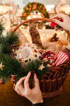 바구니에 크리스마스 상품. 맛있는 축제 음식의 전문 수제 구색. 다른 휴일에 좋은 선물.