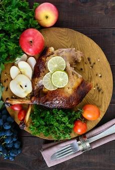 Рождественский гусь запеченный в духовке с яблоками и виноградом