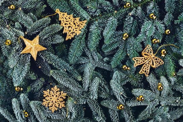 黄金のおもちゃで緑のクリスマスの背景。