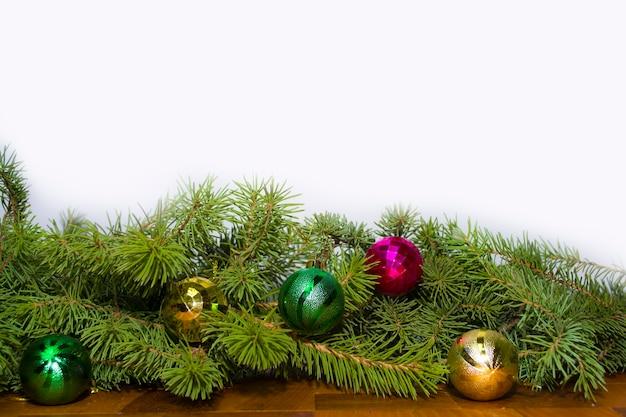 Рождественские зеленые рамки, изолированные на белом фоне