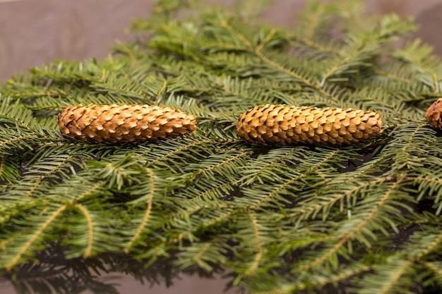 木製の背景にクリスマスグリーンパインモミトウヒの枝