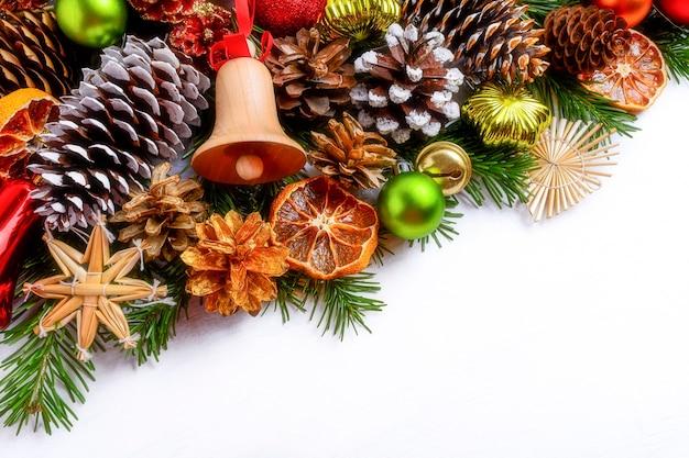 징 글 벨과 가문비 나무 콘 크리스마스 인사말 배경