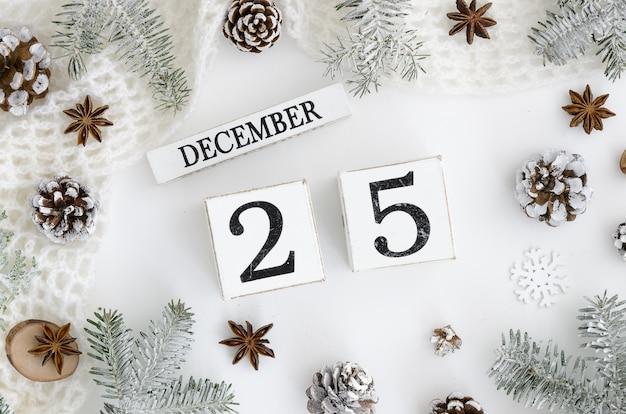 Рождественская открытка 25 декабря вечный календарь на белом фоне.