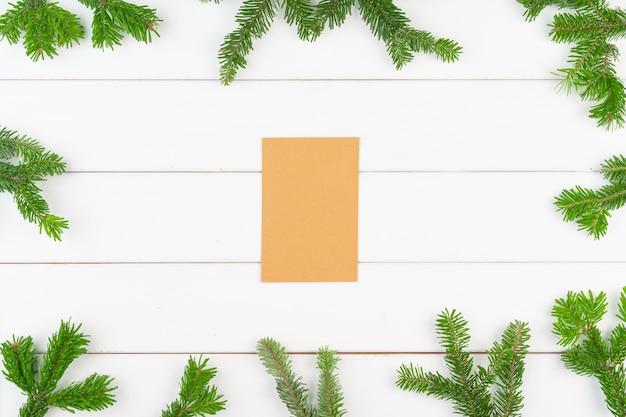 흰색 나무 배경에 복사 공간이 있는 크리스마스 인사말 카드 배경 프리미엄 사진