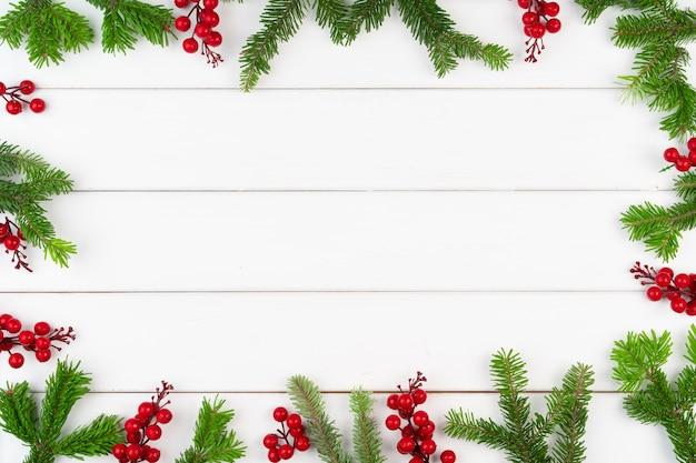 흰색 나무 배경에 복사 공간이 있는 크리스마스 인사말 카드 배경