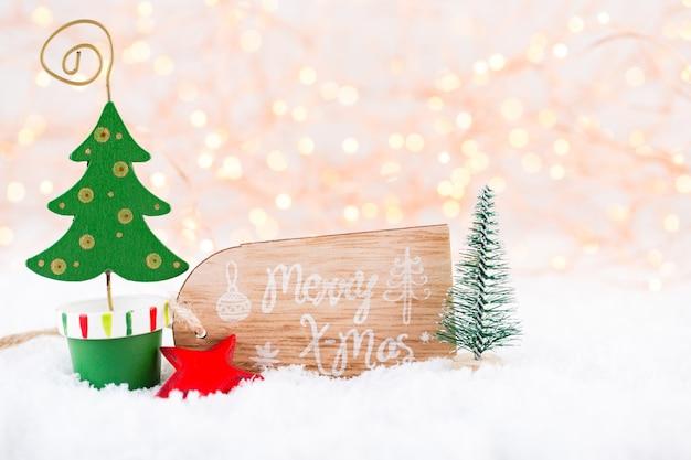 クリスマスのグリーティングカード。キラキラゴールデンボケライトの背景にクリスマスツリーの枝。新年のコンセプト。スペースをコピーします。