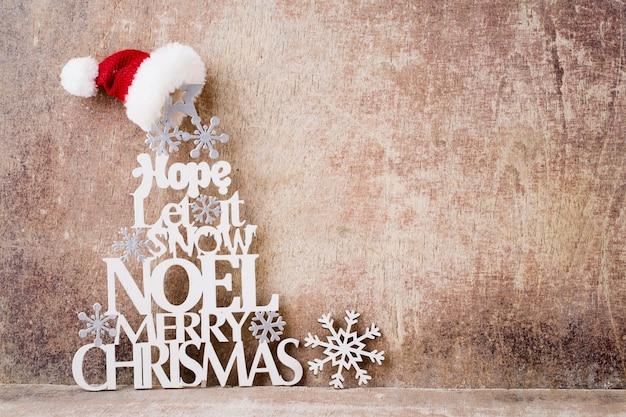 크리스마스 인사말 카드입니다. 반짝이 황금 bokeh 빛 배경에 크리스마스 트리 분기. 새해 개념. 공간을 복사하십시오.
