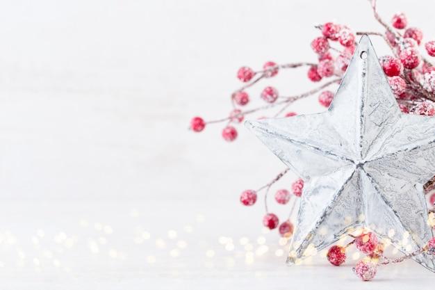 クリスマスのグリーティングカード。キラキラゴールデンボケライトの背景にクリスマスツリーの枝。
