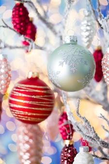 クリスマスのグリーティングカード。ボケ味の背景にコーンの装飾。新年のコンセプト。スペースをコピーします。フラットレイ。上面図。