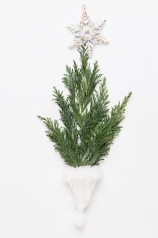 クリスマスのグリーティングカード。白い木製の背景の装飾。新年のコンセプト。スペースをコピーします。フラットレイ。上面図。