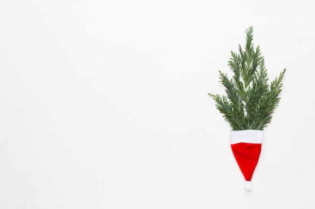 クリスマスのグリーティングカード。白い木製のテーブルの装飾。新年のコンセプトです。コピースペース。フラット横たわっていた。上面図。