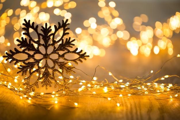 크리스마스 인사말 카드입니다. bokeh 배경에 축제 장식입니다. 평평하다. 평면도.