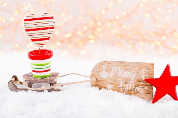 크리스마스 인사말 카드입니다. bokex 은색 배경에 축제 장식입니다. 새해 개념. 공간을 복사하십시오. 평평하다. 평면도.