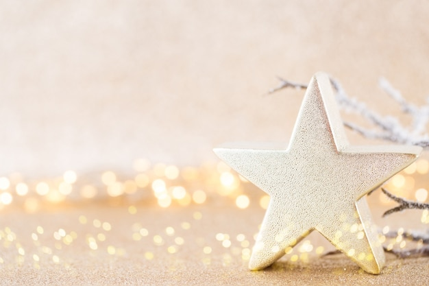 Рождественская открытка. праздничное украшение на серебряном фоне бокекс.