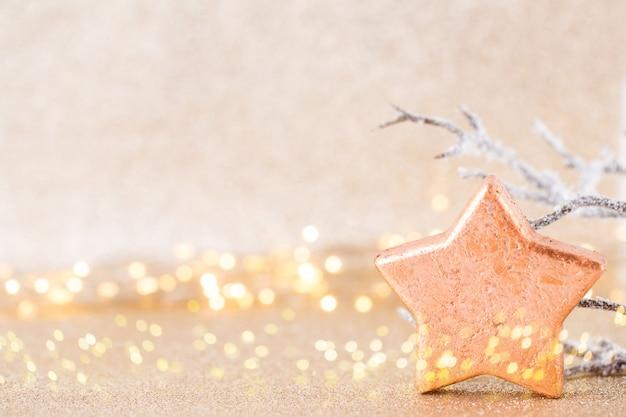 クリスマスのグリーティングカード。ボケックスシルバーの背景にお祝いの装飾。