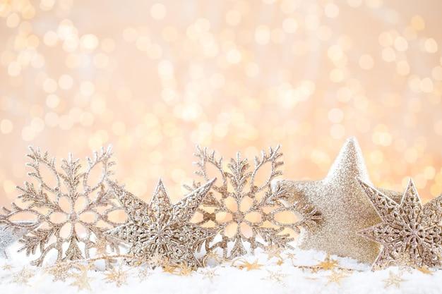 クリスマスのグリーティングカード。ゴールドのボケ味の背景にお祝いの装飾。新年のコンセプト。スペースをコピーします。フラットレイ。上面図。