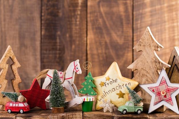 クリスマスのグリーティングカード。灰色の背景にお祝いの装飾。
