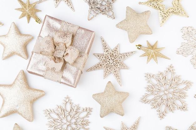 クリスマスのグリーティングカード。白い木製の背景にお祝いの装飾。