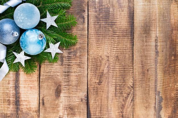 Рождественская открытка. праздничное украшение на деревянных фоне. новогодняя концепция. скопируйте пространство. плоская планировка. вид сверху.