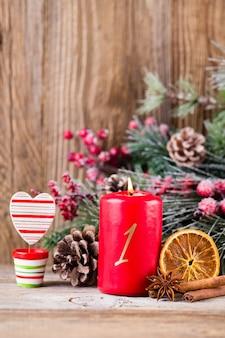 クリスマスのグリーティングカード。木製の背景のお祭りの装飾。新年のコンセプトです。コピースペース。フラット横たわっていた。上面図。