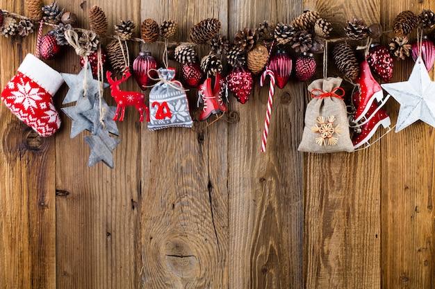 クリスマスのグリーティングカード。木製の背景にお祝いの装飾。