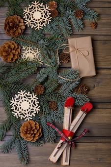 クリスマスグリーティングカードモミとコーンの木とクラフトギフトボックス