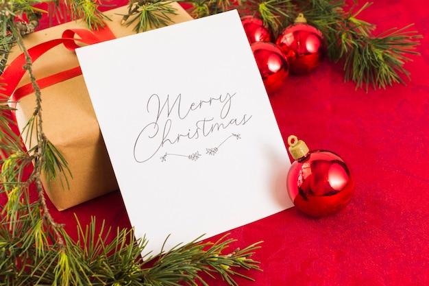 테이블에 크리스마스 인사말 카드