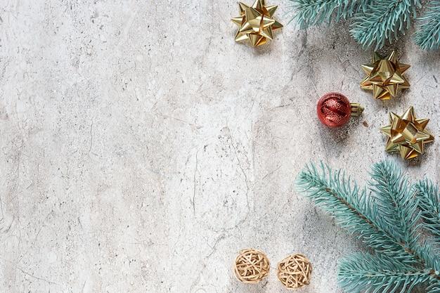 モミの木の枝と大理石の素朴なテーブルのお祭りの装飾のクリスマスグリーティングカードテンプレート