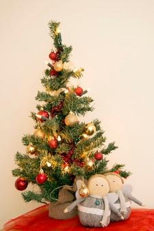クリスマスグリーティングカードヴィンテージ。新年、クリスマスモックアップ。クローズアップ飾られたクリスマスツリーの装飾の背景。休日はがき。クリスマスのモミの木の背景。