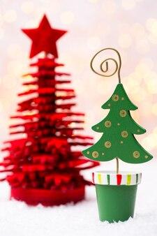 Рождественская открытка с рождественскими украшениями в деревенском стиле. Premium Фотографии
