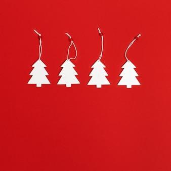빨간색 배경 겨울 휴가 개념에 수 제 흰색 크리스마스 트리와 크리스마스 인사말 카드