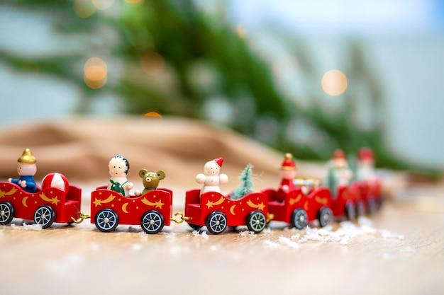Рождественская открытка с поездом и рождественские украшения.