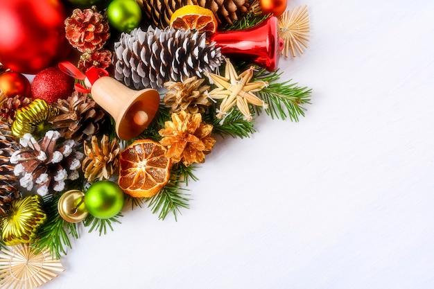 나무 징 글 벨과 전나무와 크리스마스 인사말 카드