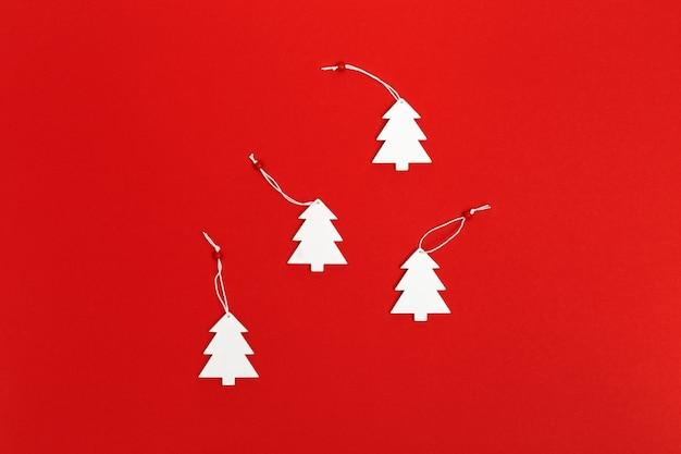 수제 화이트 크리스마스 나무와 크리스마스 인사말 카드