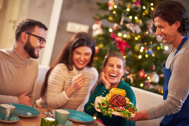 テーブルの上で出されるクリスマスハム Premium写真