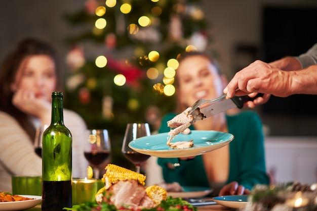 テーブルの上で出されるクリスマスハム