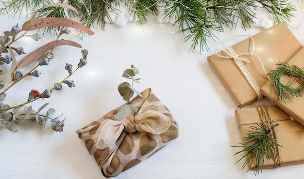 日本の浴室敷スタイルの再利用布とクラフト紙で包まれたクリスマス手作りの代替ギフトボックス