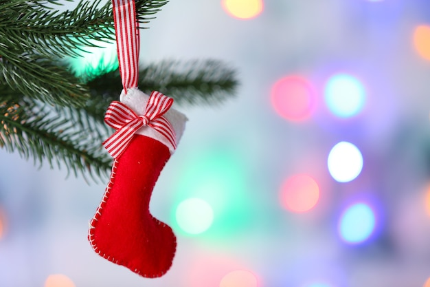 ぼやけた背景にクリスマスツリーにぶら下がっているクリスマス手作りの装飾