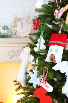 明るい家のインテリアの背景にクリスマスツリーのクリスマス手作りの装飾